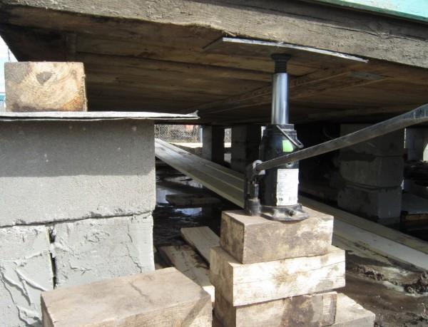 Ремонт фундамента сваями деревянного дома